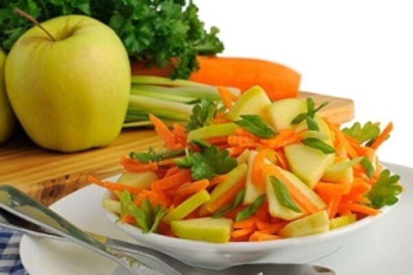 Салат с яблоком, сельдереем и морковью
