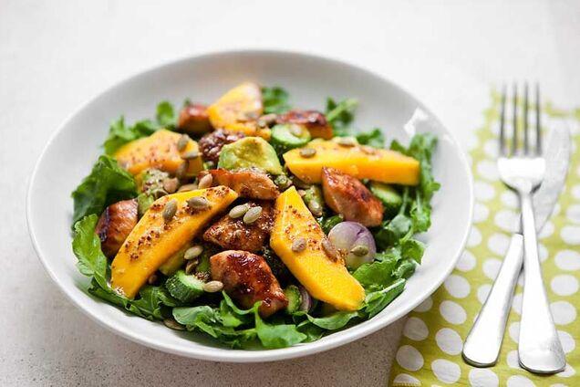 Салат с манго и куриной грудкой