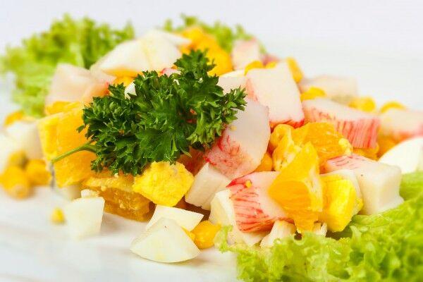Салат с апельсинами и крабовыми палочками