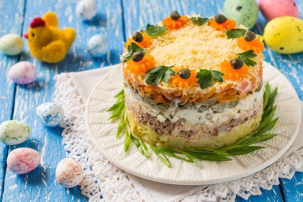 Салат з солоними огірками і курячою печінкою