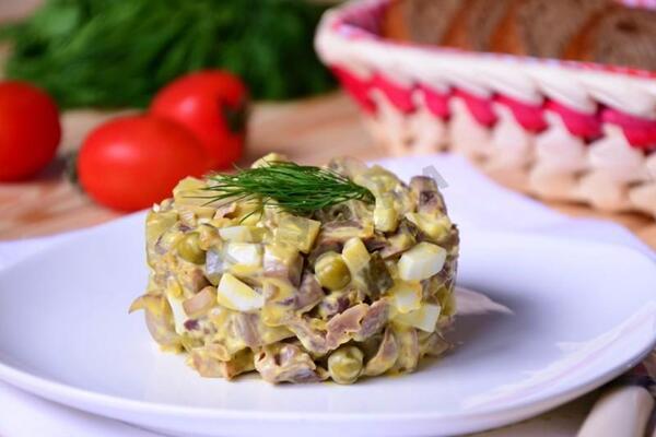 Салат с солеными огурцами и куриными сердечками