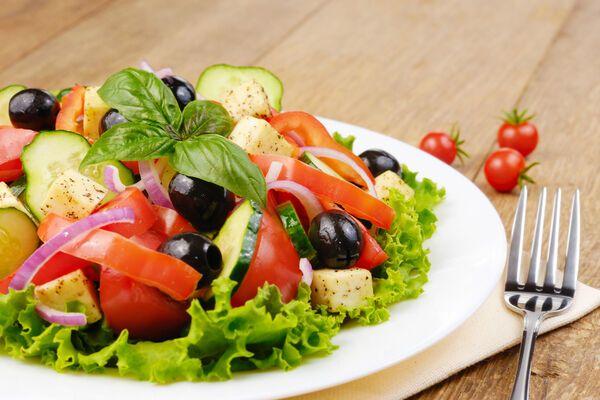 Грецький салат з червоною цибулею