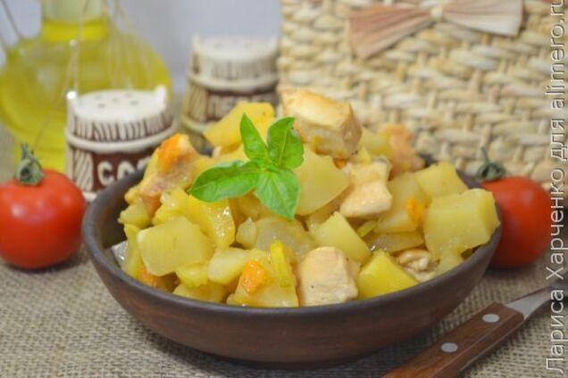 Тушкована картопля з курячим філе