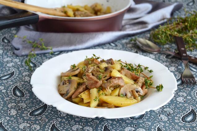 Тушкована картопля з грибами і м'ясом