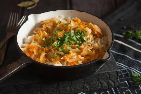 Тушкована капуста з рисом і м'ясом