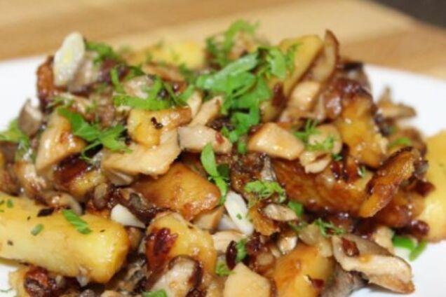 Картопля з грибами на сковороді