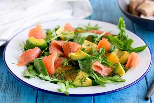 Салат з червоною рибою і листям салату
