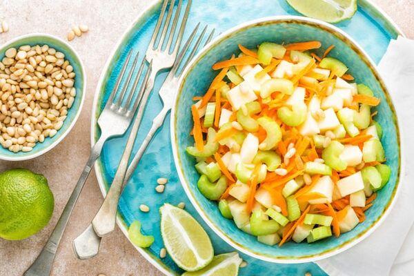 Салат із селерою, яблуком і морквою