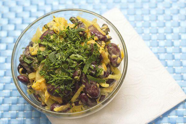 Салат із курячих сердечок із солоними огірками