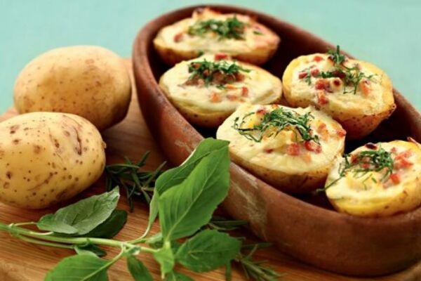 Картопля в духовці з сиром і часником
