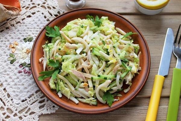 Салат з кальмарами і пекінською капустою