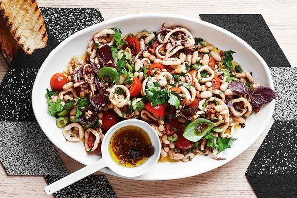 Салат з консервованими кальмарами