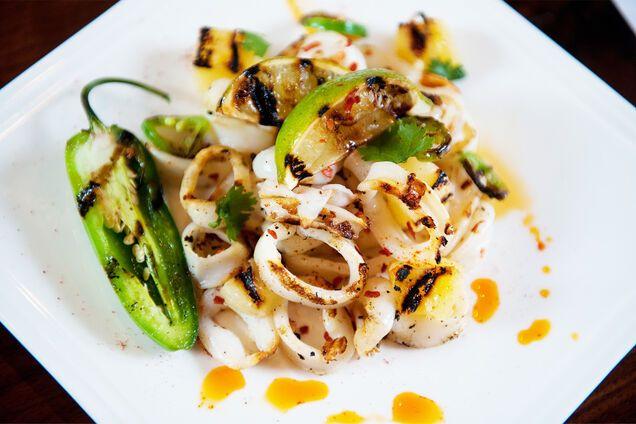 Салат з кальмарами і ананасом