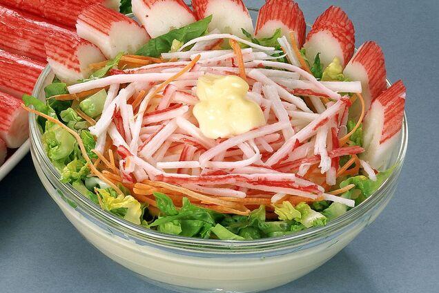 Салат з крабовими паличками і пекінською капустою