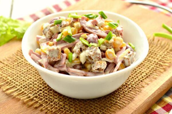 Салат з капустою і ковбасою