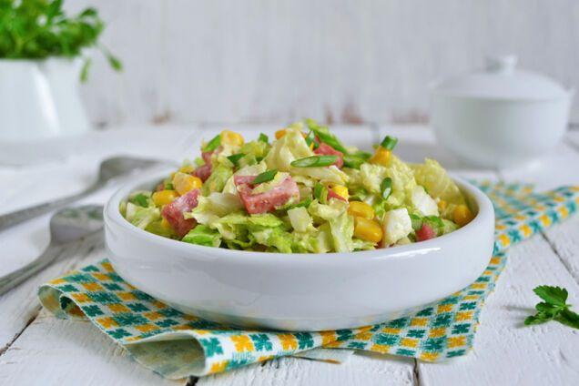 Салат з ковбасою, пекінською капустою і кукурудзою