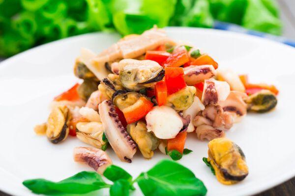 Салат с крабовыми палочками и кальмарами