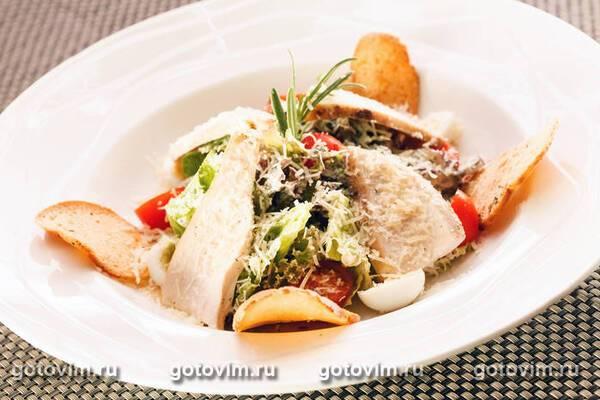 Салат з чіпсами і ковбасою