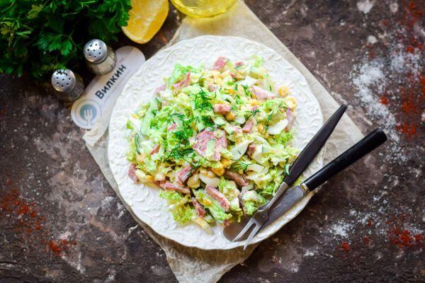 Салат з пекінською капустою і ковбасою