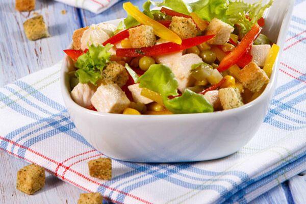 Салат з сухариками і ковбасою