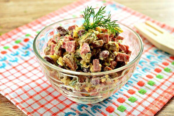 Салат с сухариками, ветчиной и сыром