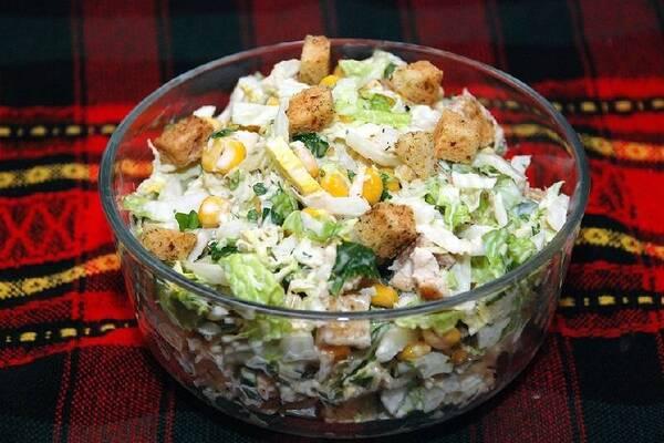 Салат з сухариками і пекінською капустою