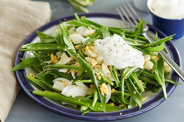 Салат з яйцем і черемшею