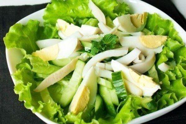 Салат с яйцом и кальмарами