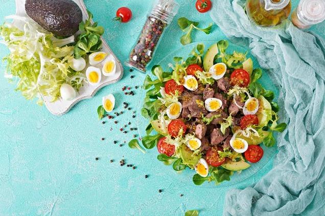 Салат з перепелиними яйцями і куркою