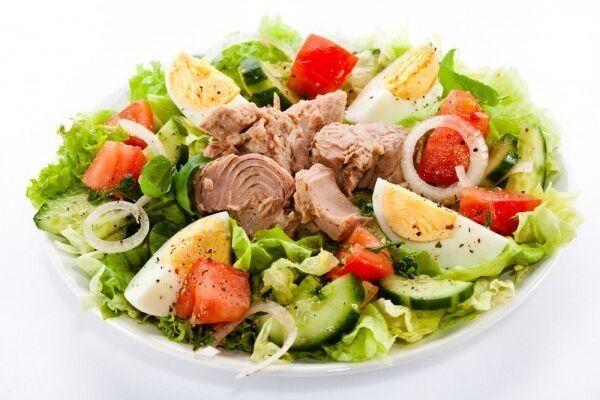 Салат з яйцем, огірком і тунцем