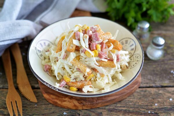 Салат з сухариками і капустою