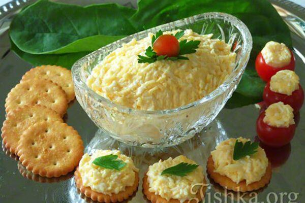 Салат з яйцем і плавленим сиром