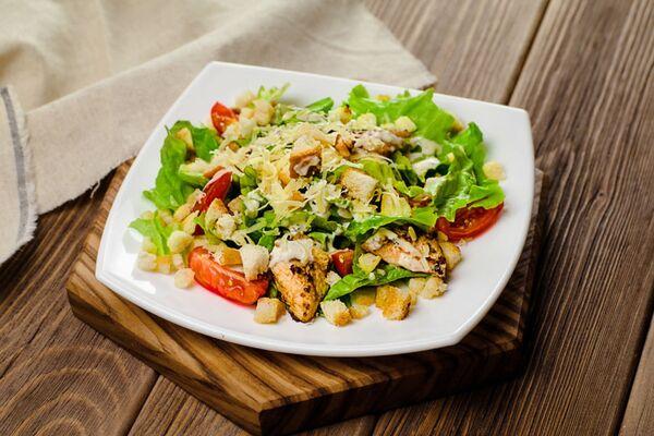 Салат з сухариками та копченою ковбасою