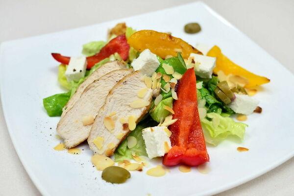 Салат с сыром Фета и курицей