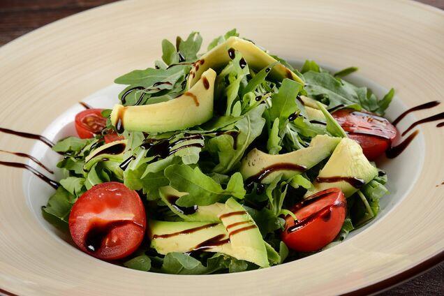 Салат з руколою та авокадо