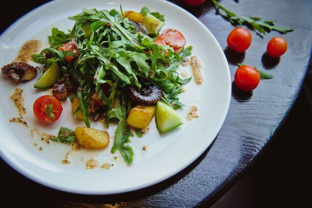 Салат з руколою і в'яленими помідорами