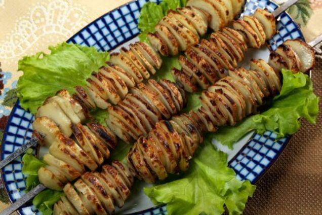 Картопля з салом на мангалі