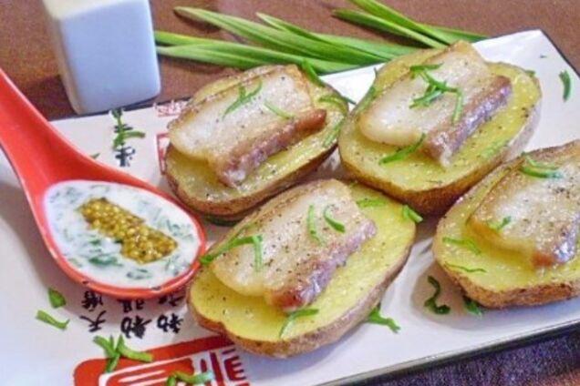 Картопля із салом і часником у духовці