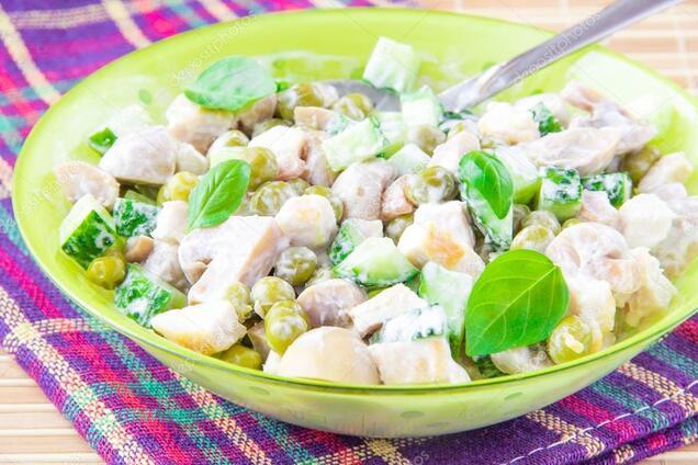 Салат із зеленим горошком і куркою