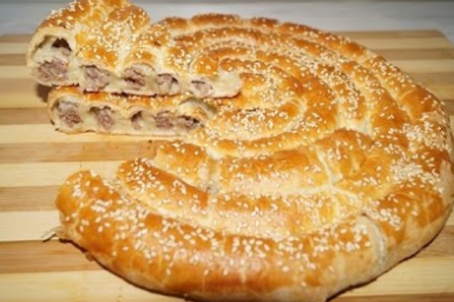 Мясной пирог из слоеного теста