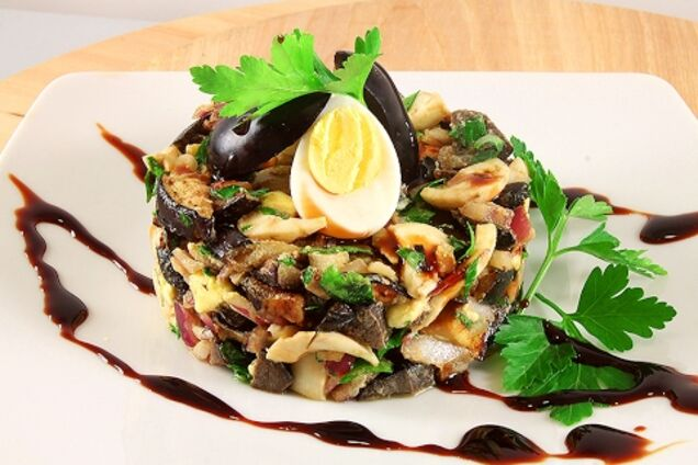 Салат с баклажанами и яйцом