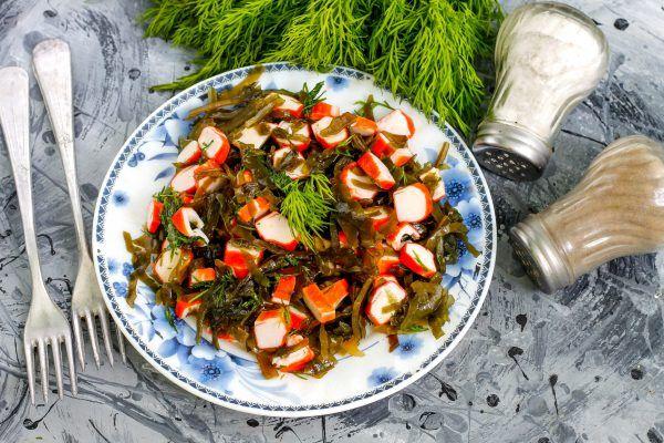 Салат із морської капусти з крабовими паличками
