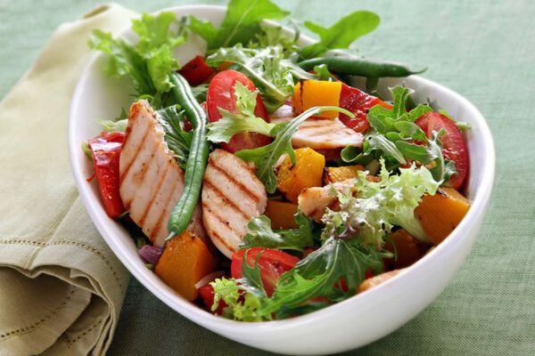 Теплый салат с курицей и болгарским перцем