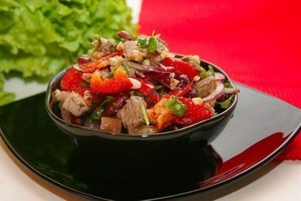 Теплый салат с телятиной и грибами