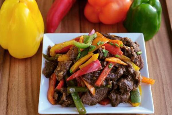 Теплый салат с говядиной и болгарским перцем