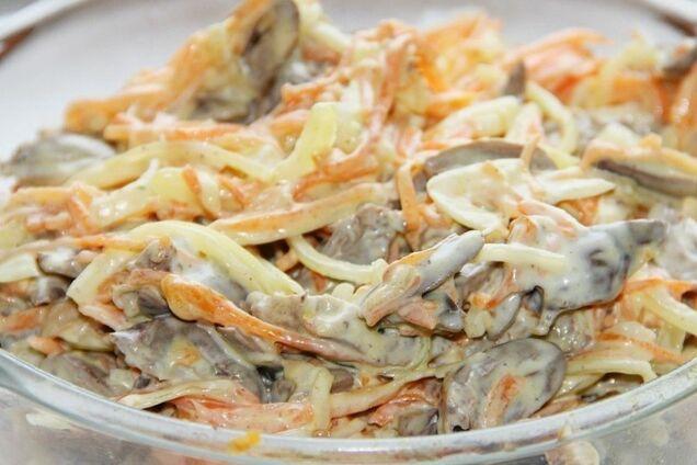 Салат із курячих сердечок з морквою і цибулею