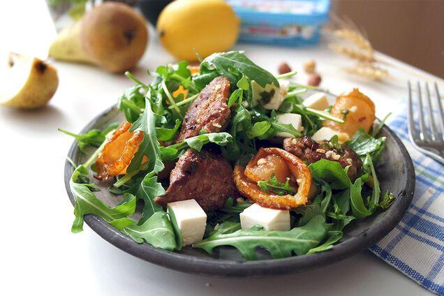 Салат із грушею і курячою печінкою