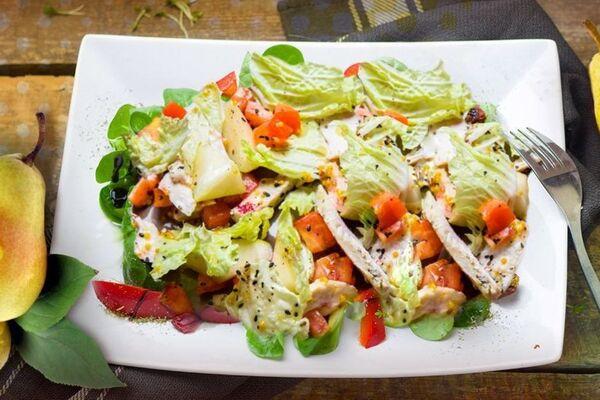 Салат із грушею і куркою