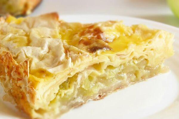 Заливной пирог с творогом и яблоками