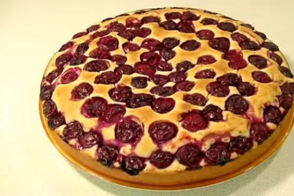 Сладкий заливной пирог на кефире